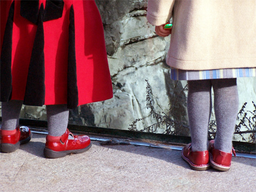 TripodGirl_red_shoes500